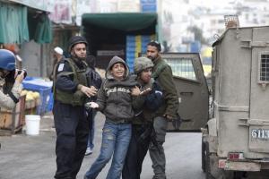 جيش الاحتلال يعتقل ثلاثة فتية من بيت لحم ومواطنًا من الخليل
