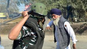 الهند.. الفلاحون يحاصرون نيودلهي وحكومة مودي تواجه أزمة جديدة